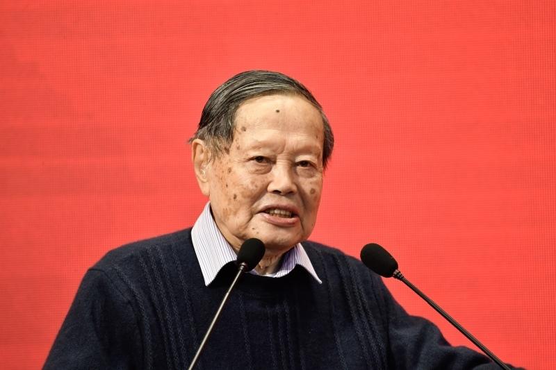 عالم الفيزياء الشهير يانغ تشننينغ (صور 1)