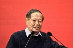 عالم الفيزياء الشهير يانغ تشننينغ صورة